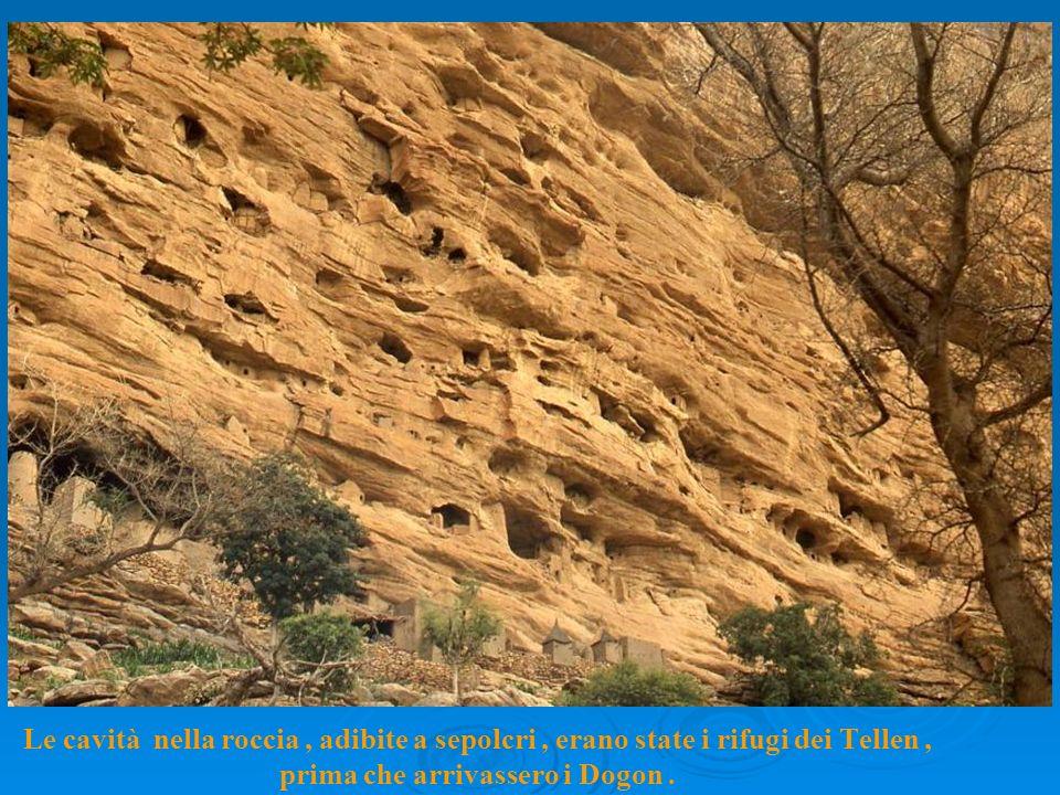 Le cavità nella roccia, adibite a sepolcri, erano state i rifugi dei Tellen, prima che arrivassero i Dogon.