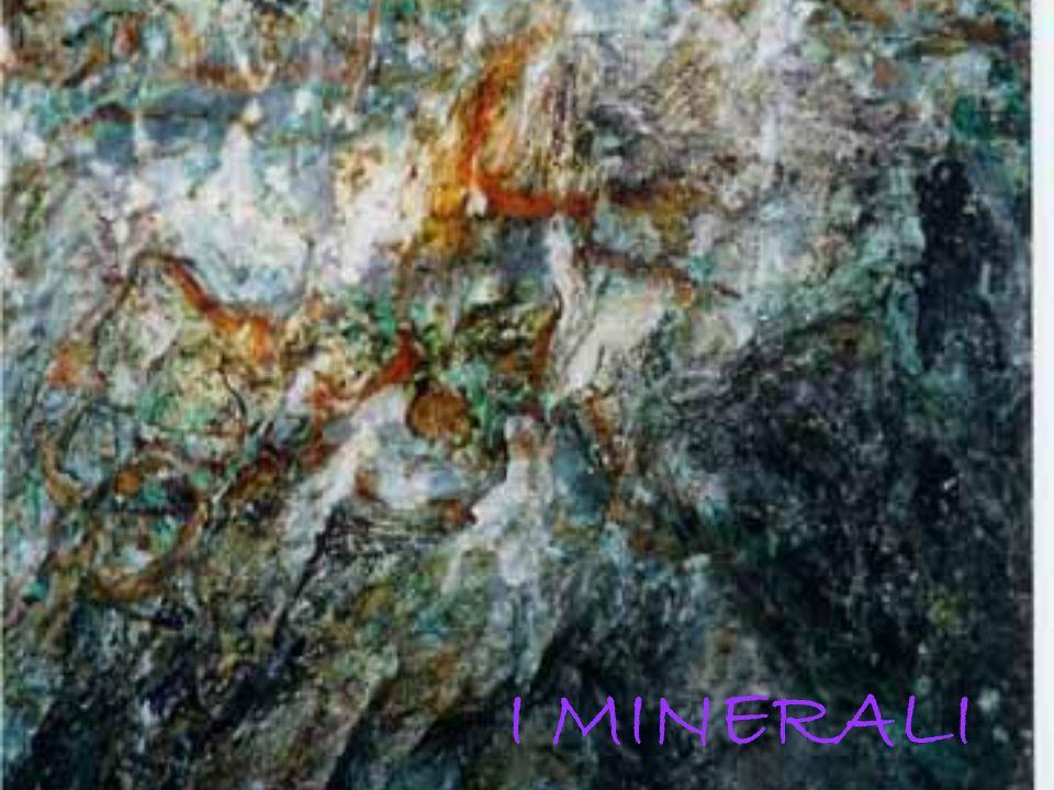 Osservazione di cristalli di quarzo diversi per colore e dimensione Dalle osservazioni degli alunni emergono molte differenze, tra cui naturalmente il colore, mentre la forma, se osservata attentamente con la lente anche nei cristalli più piccoli, si presenta molto simile.