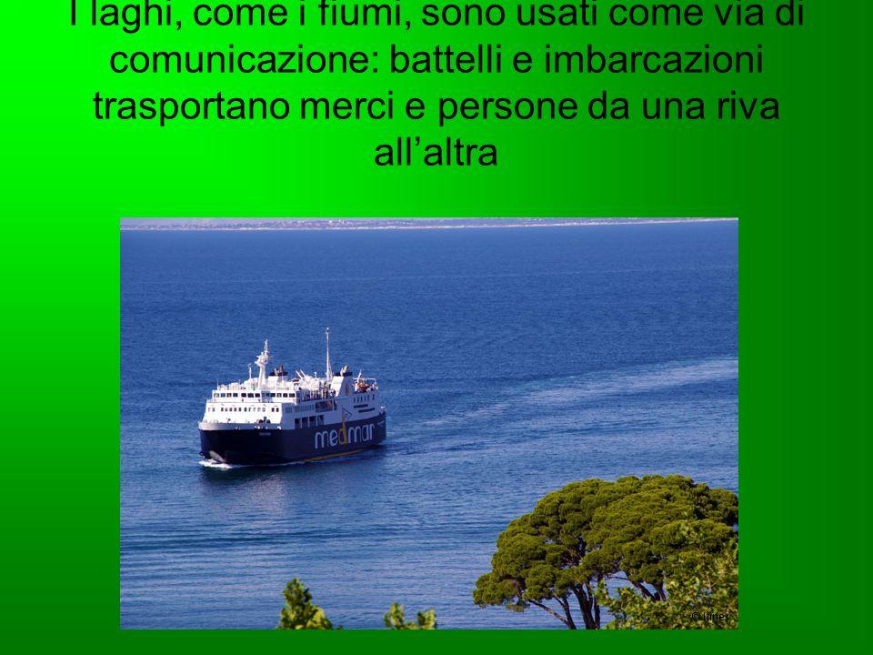 I laghi, come i fiumi, sono usati come via di comunicazione: battelli e imbarcazioni trasportano merci e persone da una riva allaltra