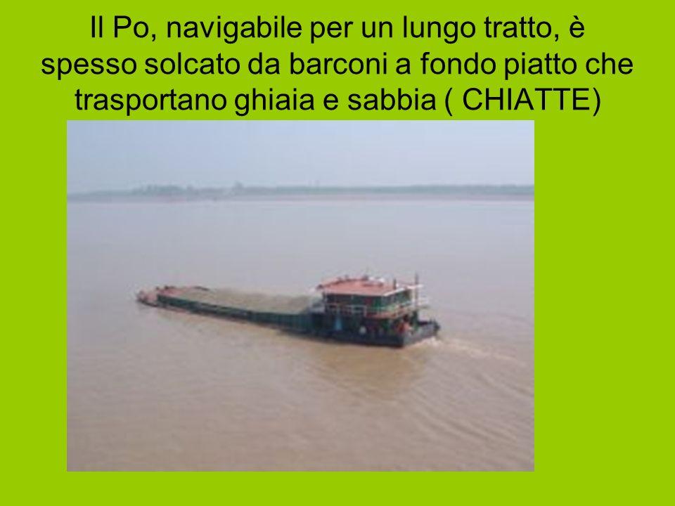Il Po, navigabile per un lungo tratto, è spesso solcato da barconi a fondo piatto che trasportano ghiaia e sabbia ( CHIATTE)