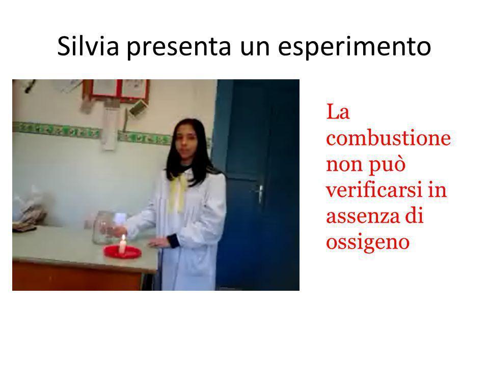 Silvia presenta un esperimento La combustione non può verificarsi in assenza di ossigeno