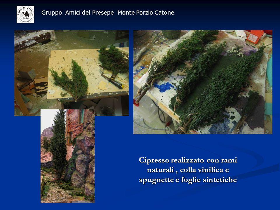 Gruppo Amici del Presepe Monte Porzio Catone Cipresso realizzato con rami naturali, colla vinilica e spugnette e foglie sintetiche