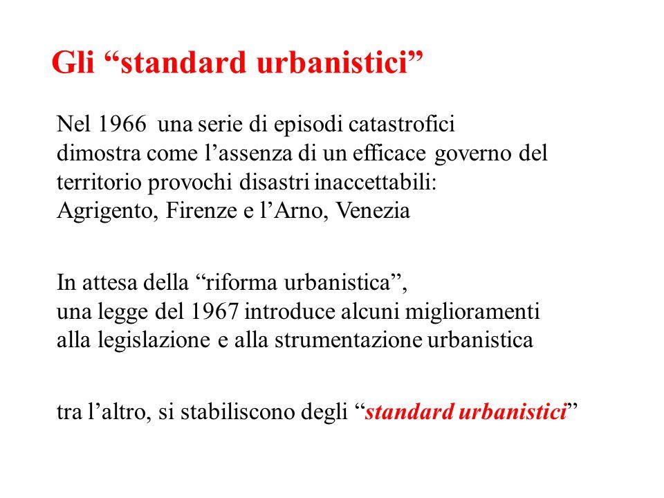 Gli standard urbanistici Nel 1966 una serie di episodi catastrofici dimostra come lassenza di un efficace governo del territorio provochi disastri ina