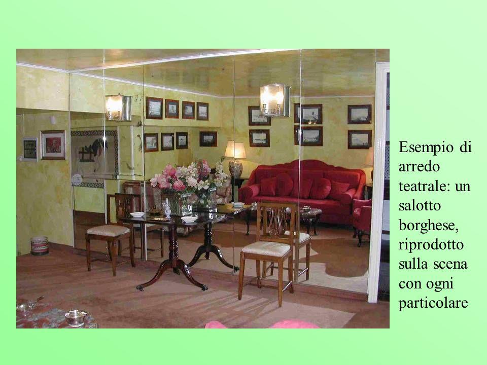 Esempio di arredo teatrale: un salotto borghese, riprodotto sulla scena con ogni particolare