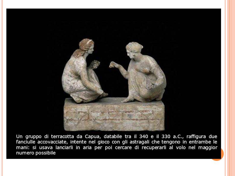 Un gruppo di terracotta da Capua, databile tra il 340 e il 330 a.C., raffigura due fanciulle accovacciate, intente nel gioco con gli astragali che ten