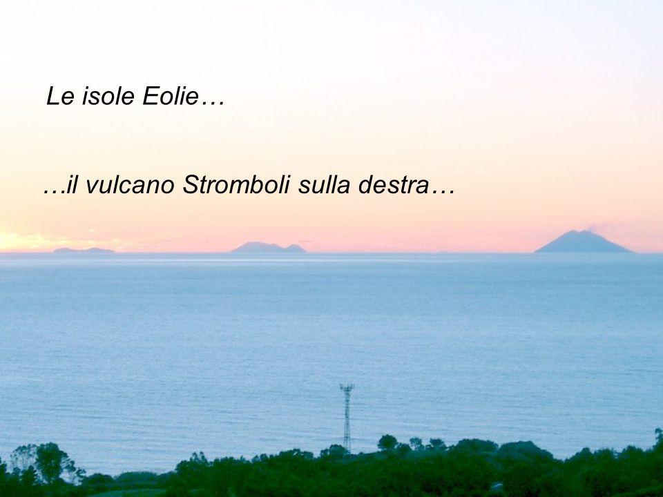 Le isole Eolie… …il vulcano Stromboli sulla destra…