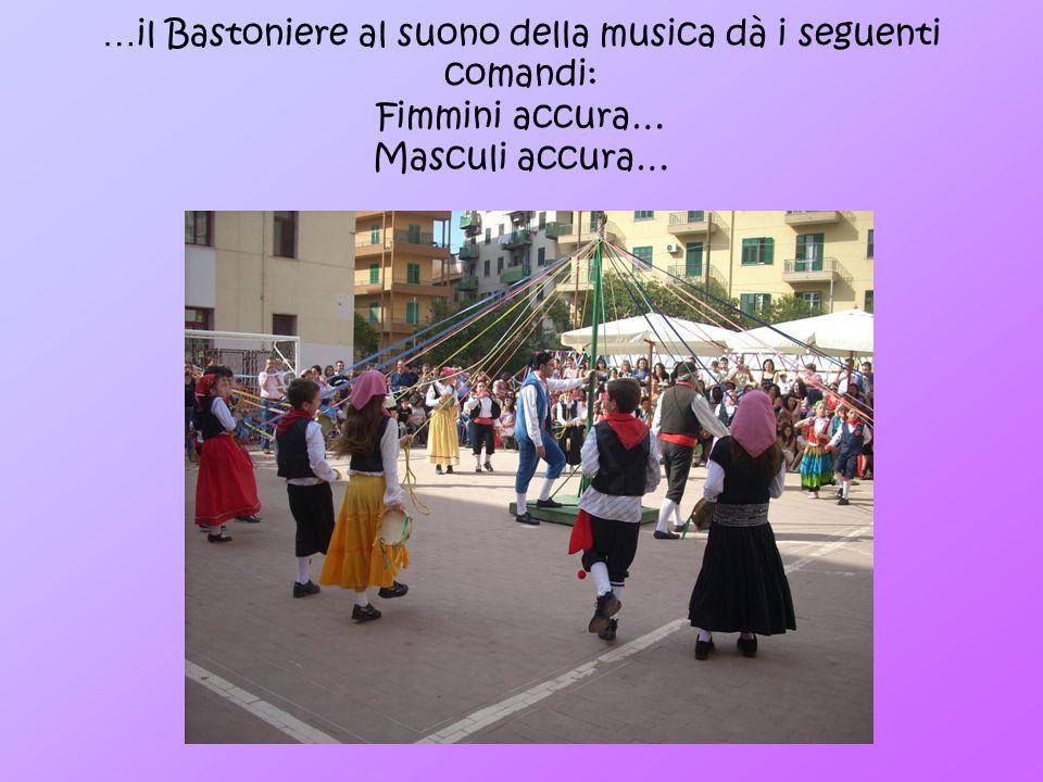 … il Bastoniere al suono della musica dà i seguenti comandi: Fimmini accura… Masculi accura…