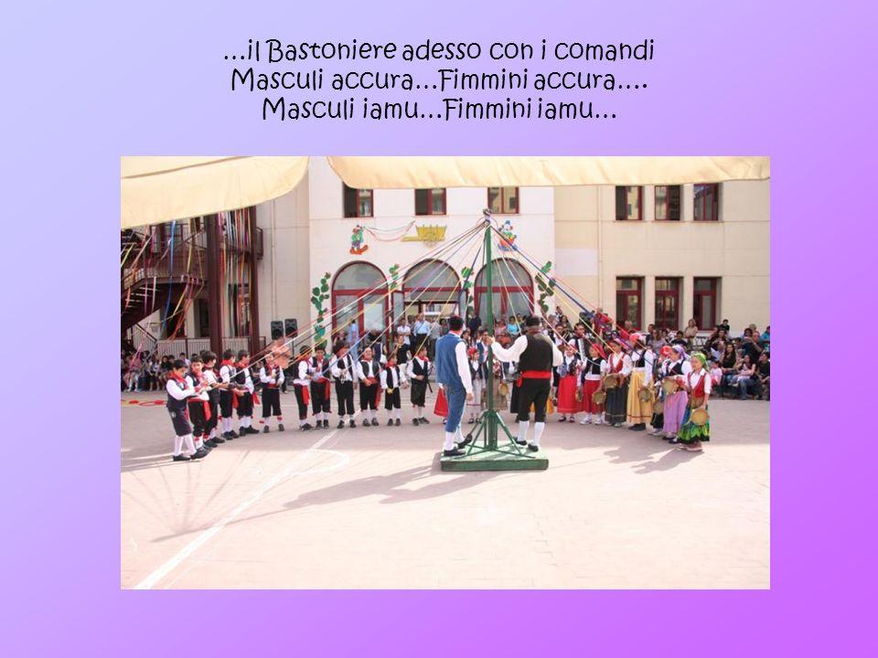 …il Bastoniere adesso con i comandi Masculi accura…Fimmini accura…. Masculi iamu…Fimmini iamu…