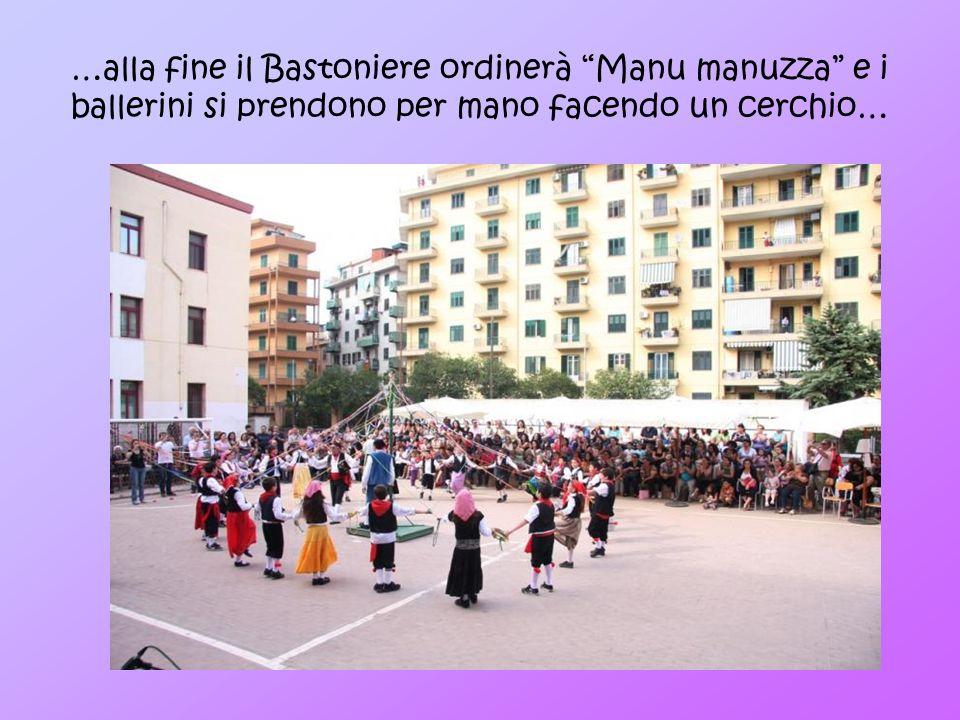 …alla fine il Bastoniere ordinerà Manu manuzza e i ballerini si prendono per mano facendo un cerchio…