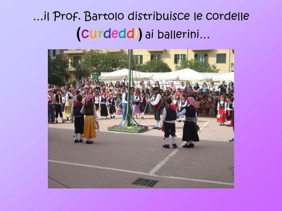 …il Prof. Bartolo distribuisce le cordelle ( curdeddi ) ai ballerini…