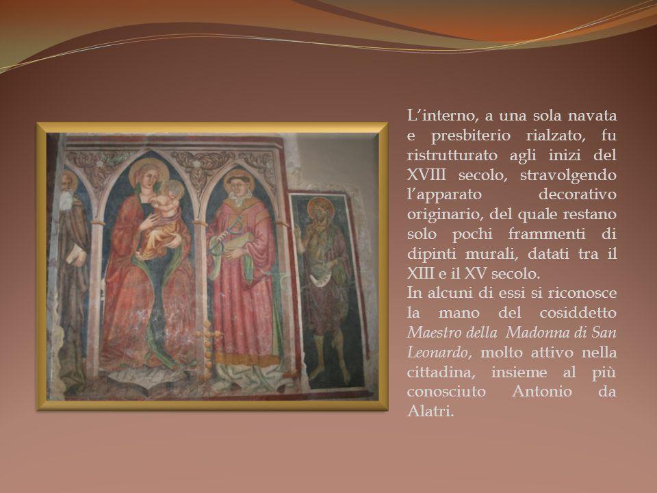 Linterno, a una sola navata e presbiterio rialzato, fu ristrutturato agli inizi del XVIII secolo, stravolgendo lapparato decorativo originario, del quale restano solo pochi frammenti di dipinti murali, datati tra il XIII e il XV secolo.