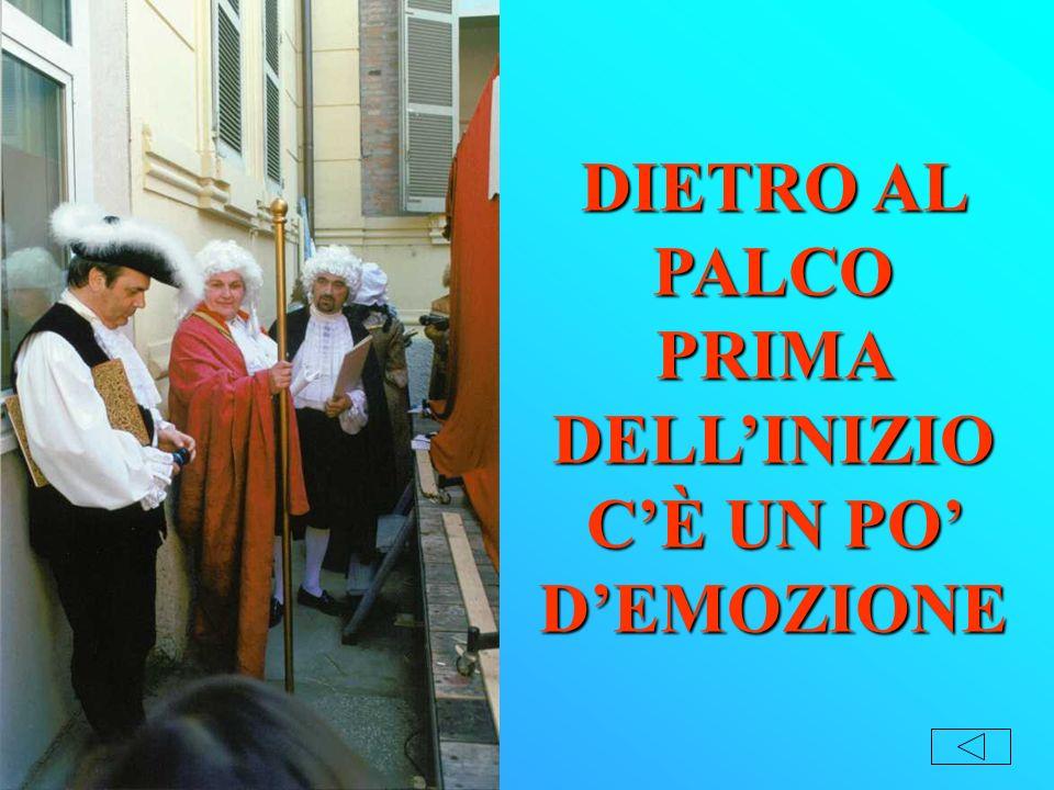DIETRO AL PALCO PRIMA DELLINIZIO CÈ UN PO DEMOZIONE