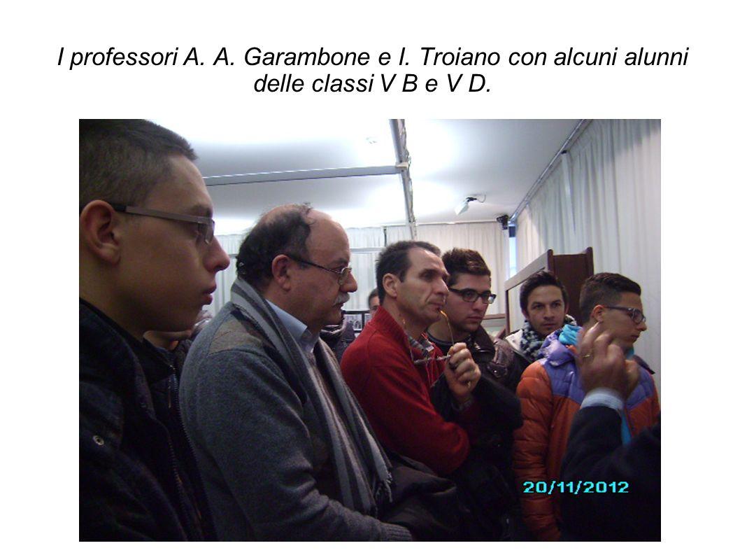 I professori A. A. Garambone e I. Troiano con alcuni alunni delle classi V B e V D.