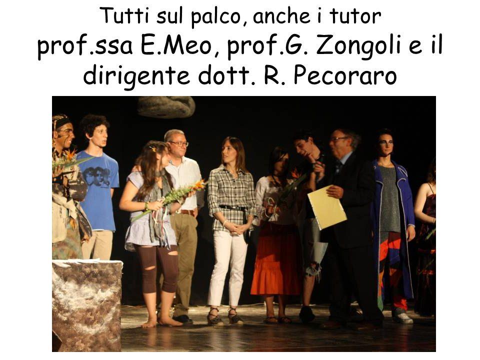 Tutti sul palco, anche i tutor prof.ssa E.Meo, prof.G. Zongoli e il dirigente dott. R. Pecoraro