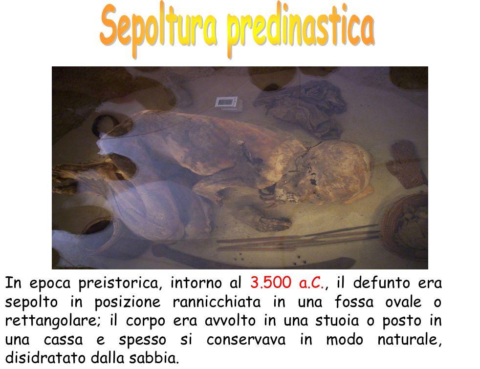 In epoca preistorica, intorno al 3.500 a.C., il defunto era sepolto in posizione rannicchiata in una fossa ovale o rettangolare; il corpo era avvolto