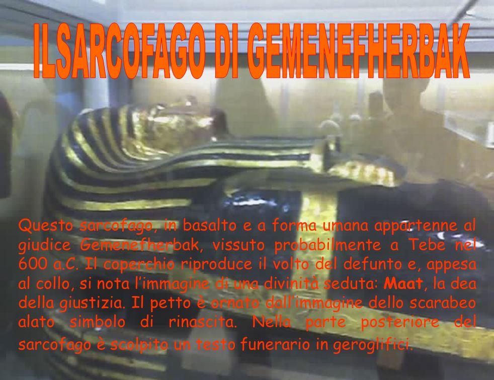 Questo sarcofago, in basalto e a forma umana appartenne al giudice Gemenefherbak, vissuto probabilmente a Tebe nel 600 a.C. Il coperchio riproduce il