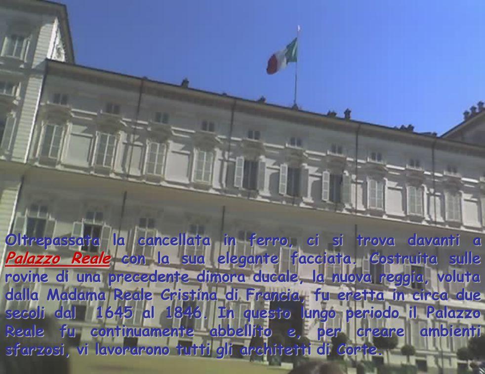Oltrepassata la cancellata in ferro, ci si trova davanti a Palazzo Reale con la sua elegante facciata. Costruita sulle rovine di una precedente dimora