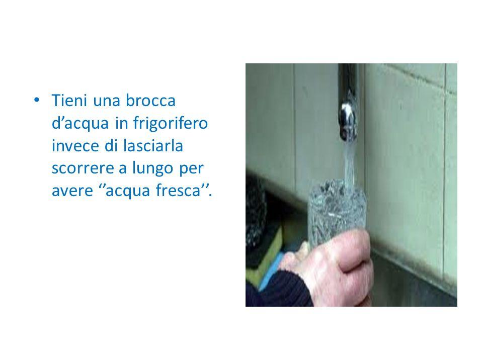 Tieni una brocca dacqua in frigorifero invece di lasciarla scorrere a lungo per avere acqua fresca.