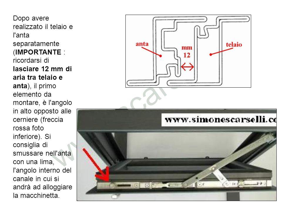 Dopo avere realizzato il telaio e l'anta separatamente (IMPORTANTE : ricordarsi di lasciare 12 mm di aria tra telaio e anta), il primo elemento da mon