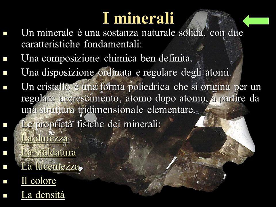 I minerali Un minerale è una sostanza naturale solida, con due caratteristiche fondamentali: Un minerale è una sostanza naturale solida, con due caratteristiche fondamentali: Una composizione chimica ben definita.