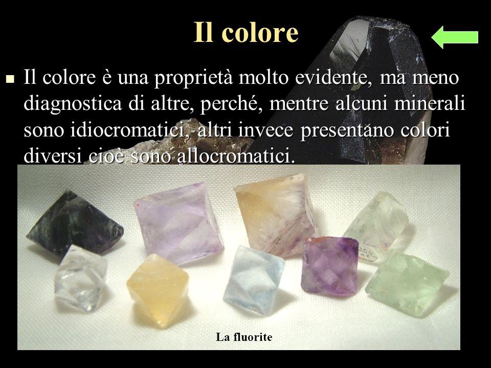 Il colore Il colore è una proprietà molto evidente, ma meno diagnostica di altre, perché, mentre alcuni minerali sono idiocromatici, altri invece presentano colori diversi cioè sono allocromatici.