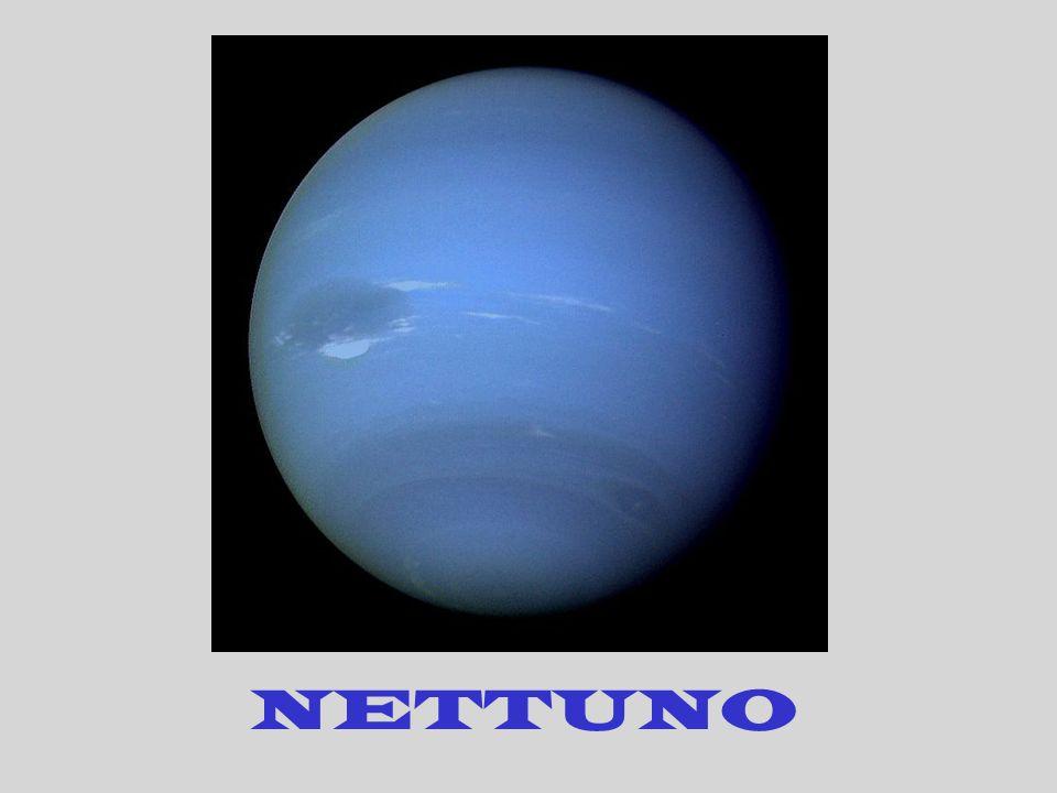 Urano si presenta come un globo verde-azzurro omogeneo. È il settimo pianeta in ordine di distanza dal sole e appartiene alla famiglia dei gioviani. U