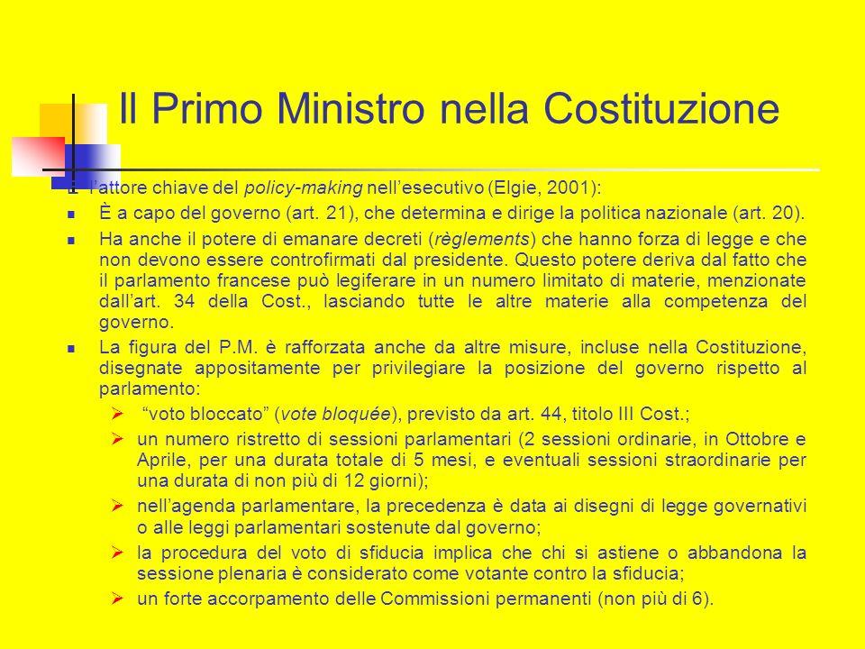 Il Primo Ministro nella Costituzione E lattore chiave del policy-making nellesecutivo (Elgie, 2001): È a capo del governo (art. 21), che determina e d
