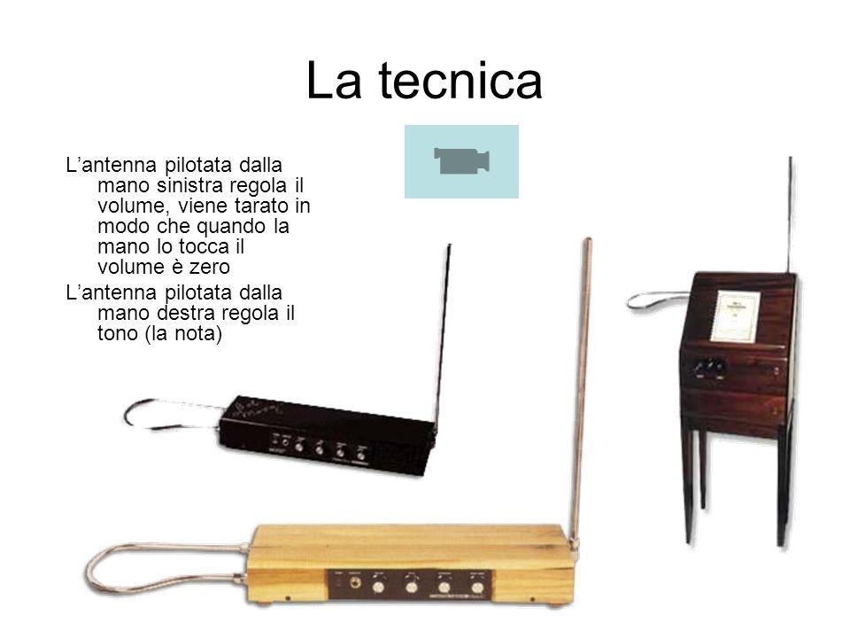 La tecnica Lantenna pilotata dalla mano sinistra regola il volume, viene tarato in modo che quando la mano lo tocca il volume è zero Lantenna pilotata