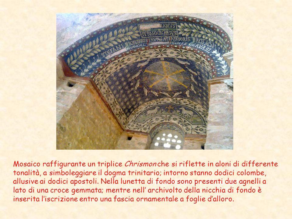 Antico mosaico raffigurante Mosaico raffigurante un triplice Chrismon che si riflette in aloni di differente tonalità, a simboleggiare il dogma trinit