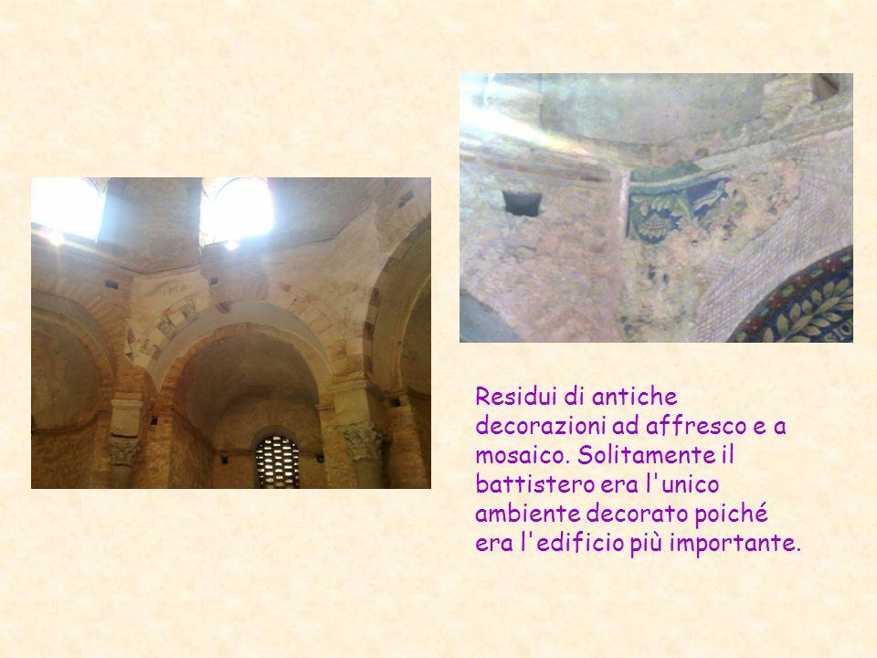 Residui di antiche decorazioni ad affresco e a mosaico. Solitamente il battistero era l'unico ambiente decorato poiché era l'edificio più importante.