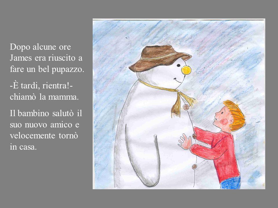 Corse in giardino e iniziò a costruire un pupazzo di neve.