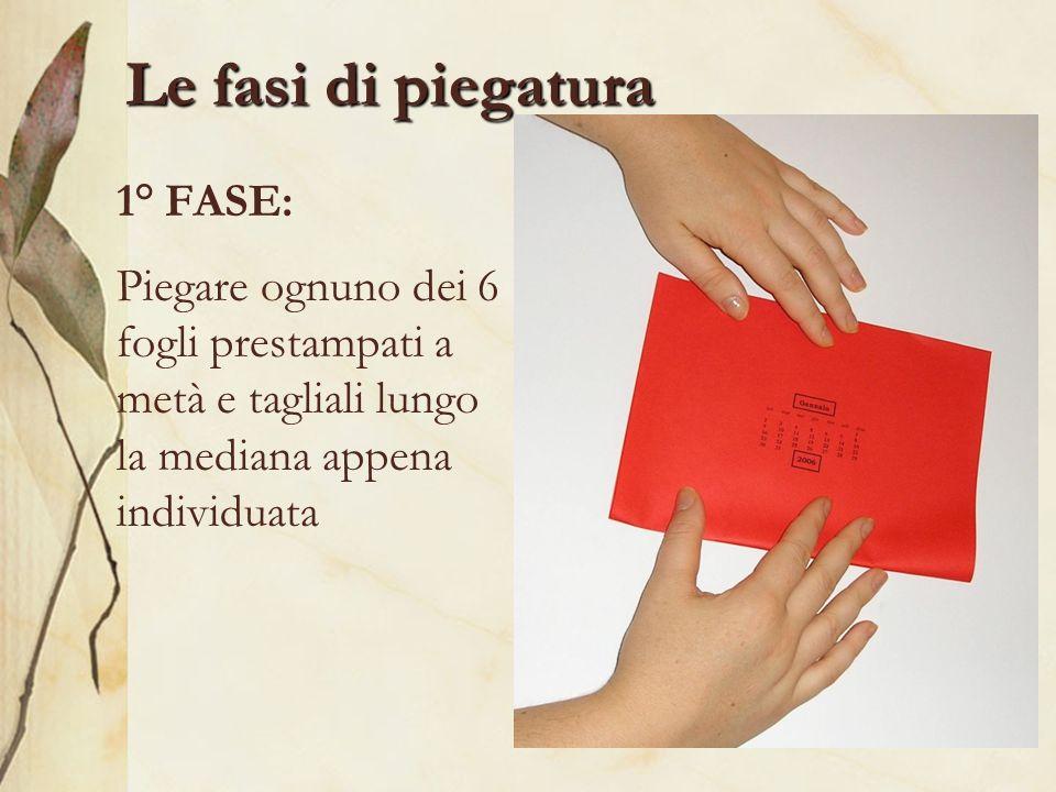 Le fasi di piegatura 1° FASE: Piegare ognuno dei 6 fogli prestampati a metà e tagliali lungo la mediana appena individuata