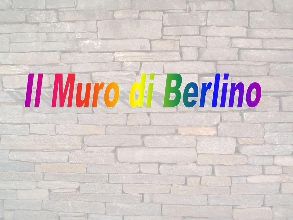 Il Muro di Berlino era una barriera di cemento alta circa tre metri che separava Berlino Est, capitale della repubblica democratica Tedesca,da Berlino Ovest.