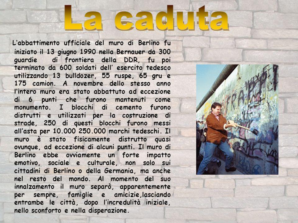 Labbattimento ufficiale del muro di Berlino fu iniziato il 13 giugno 1990 nella Bernauer da 300 guardie di frontiera della DDR, fu poi terminato da 60