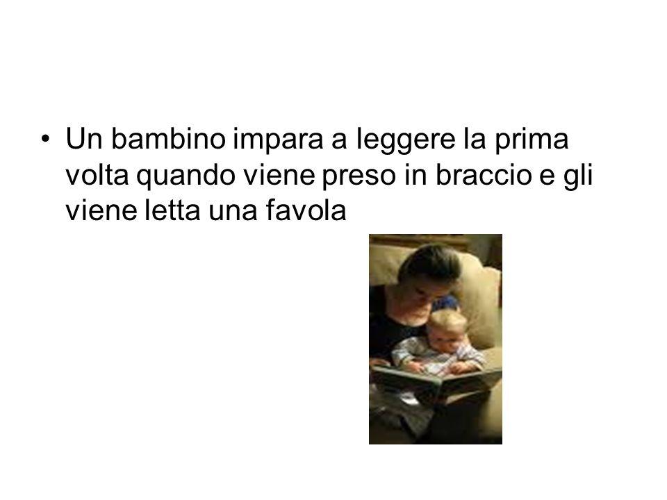 Un bambino impara a leggere la prima volta quando viene preso in braccio e gli viene letta una favola