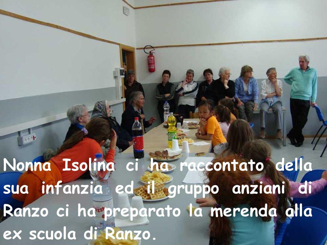 Nonna Isolina ci ha raccontato della sua infanzia ed il gruppo anziani di Ranzo ci ha preparato la merenda alla ex scuola di Ranzo.