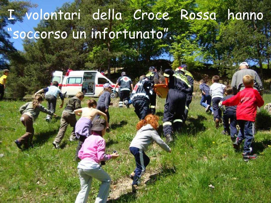 I volontari della Croce Rossa hanno soccorso un infortunato.