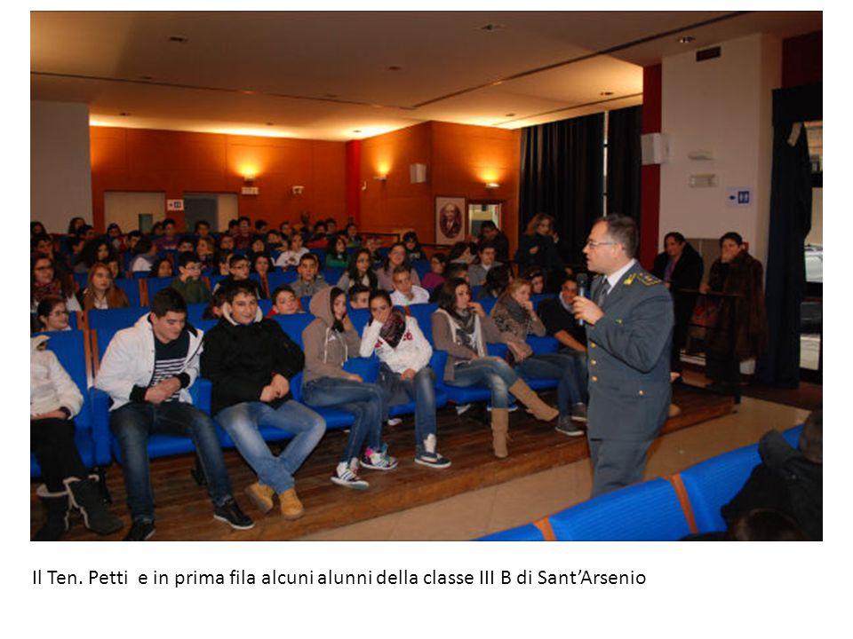 Il Ten. Petti e in prima fila alcuni alunni della classe III B di SantArsenio