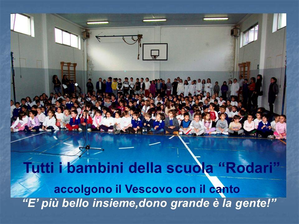 Tutti i bambini della scuola Rodari accolgono il Vescovo con il canto E più bello insieme,dono grande è la gente!