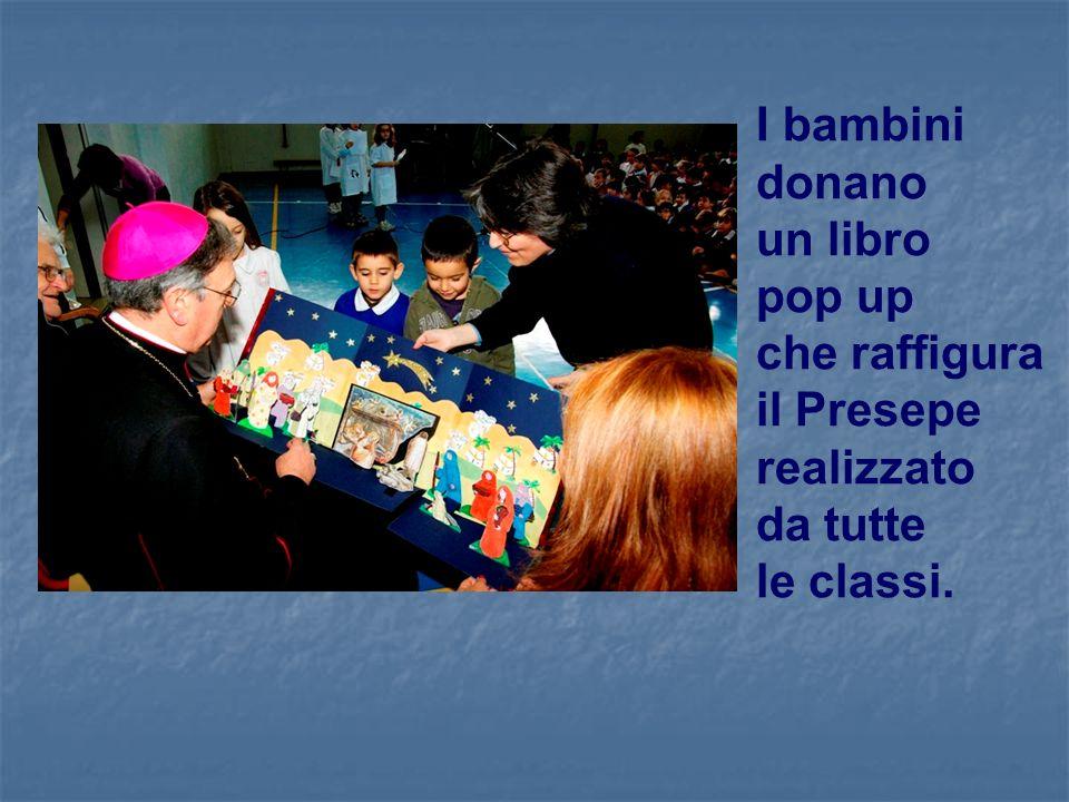 I bambini donano un libro pop up che raffigura il Presepe realizzato da tutte le classi.
