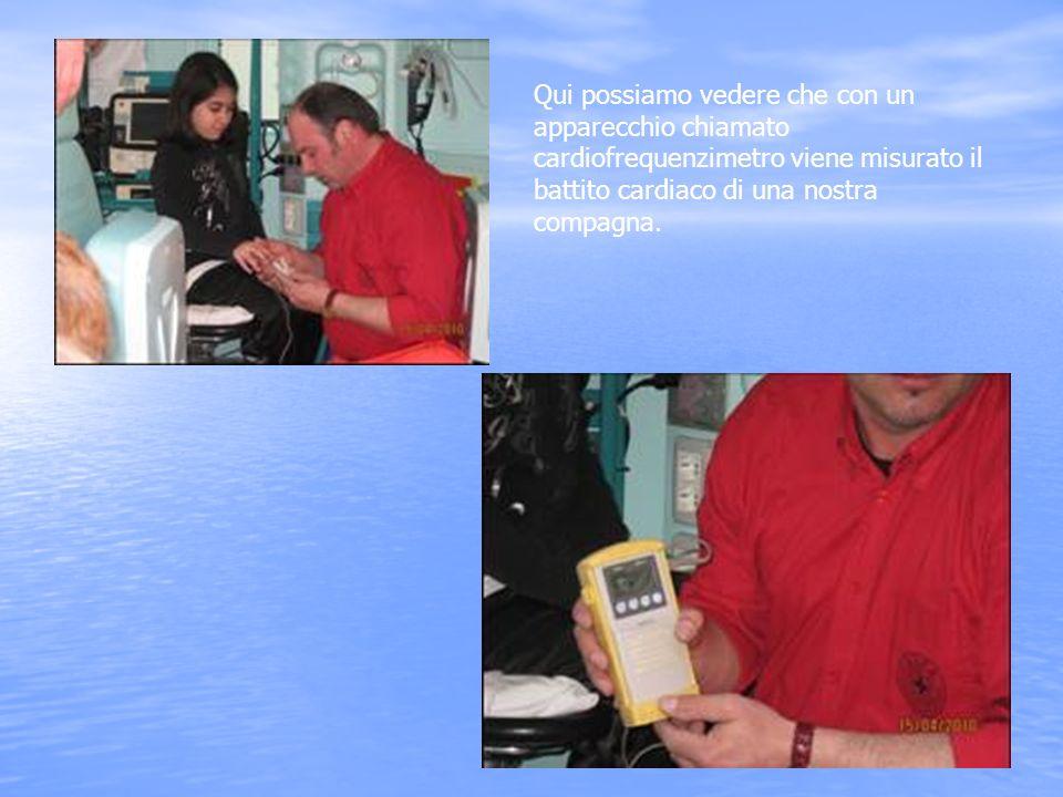 Qui possiamo vedere che con un apparecchio chiamato cardiofrequenzimetro viene misurato il battito cardiaco di una nostra compagna.