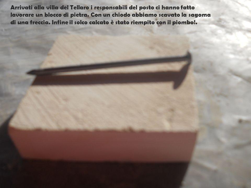 Arrivati alla villa del Tellaro i responsabili del posto ci hanno fatto lavorare un blocco di pietra. Con un chiodo abbiamo scavato la sagoma di una f