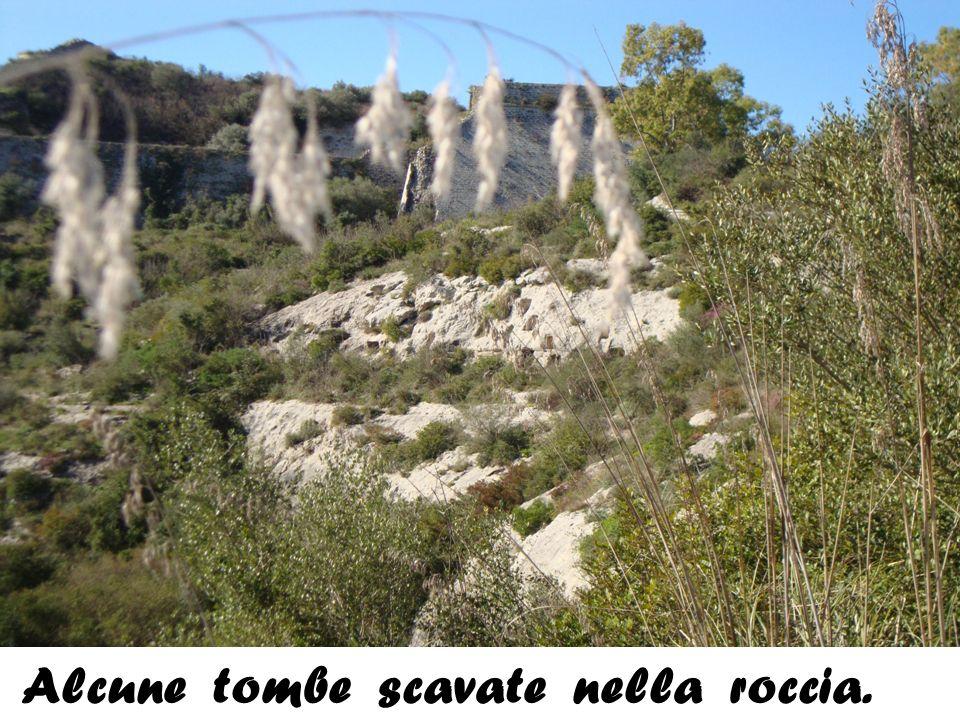 Alcune tombe scavate nella roccia.