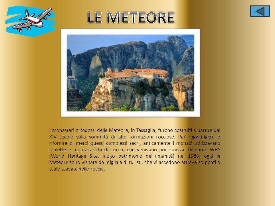 I monasteri ortodossi delle Meteore, in Tessaglia, furono costruiti a partire dal XIV secolo sulla sommità di alte formazioni rocciose. Per raggiunger