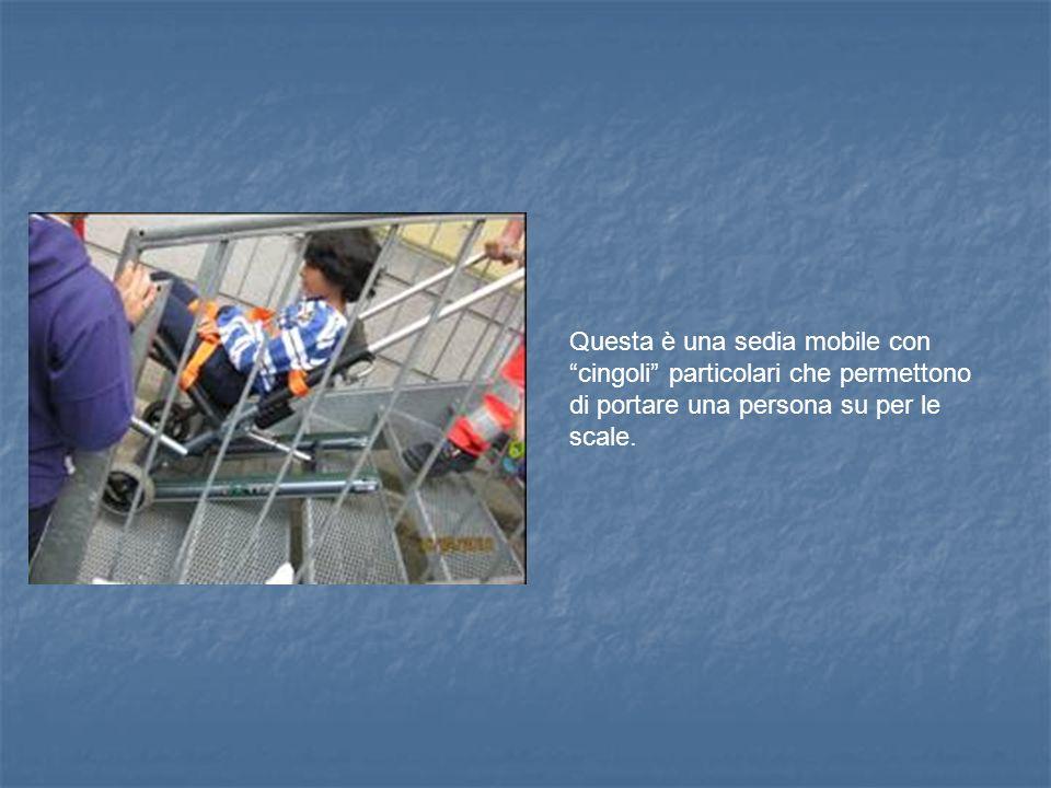Questa è una sedia mobile con cingoli particolari che permettono di portare una persona su per le scale.