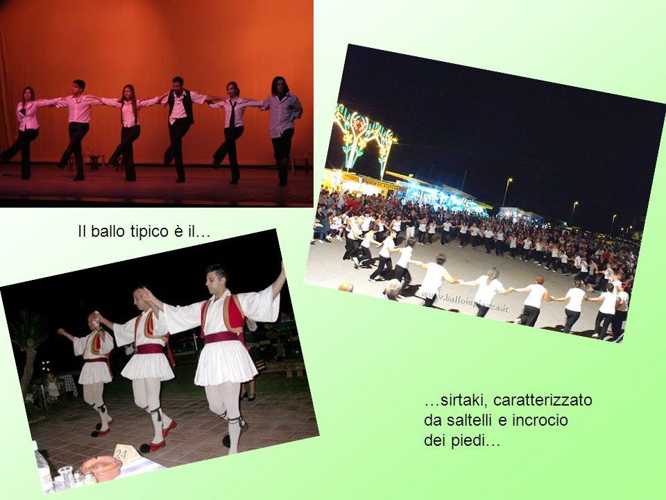 Il ballo tipico è il… …sirtaki, caratterizzato da saltelli e incrocio dei piedi…