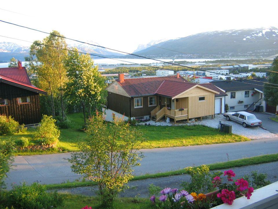 Norway 1750 km long - lunghezza Big climatic differences – escursioni termiche - 40C to +30C We are 4,7 million (popolazione) 19 counties (contee) The biggest cities – maggiori città: Oslo 560.000 Bergen 248.000 Trondheim 165.000 Stavanger 120.000 Kristiansand 79.000 Fredrikstad 72.000 Tromsø 66.000