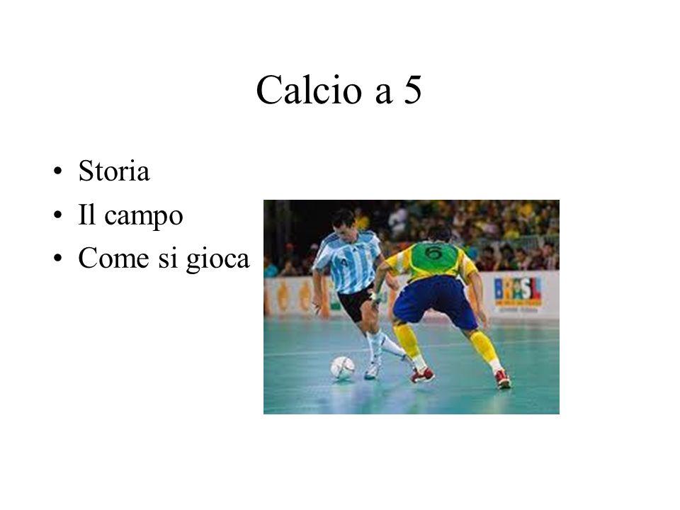 Il calcio a cinque o calcetto Il calcio a cinque, o calcetto, è uno sport di squadra molto simile al calcio, anche se ha regole lievemente diverse; si gioca in spazi ridotti, per questo può essere giocato sia all aperto sia su campi al coperto, in palestre specificamente attrezzate.