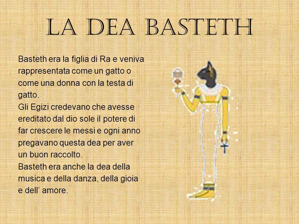il dio Ra Ra era il dio sole. Qualche volta era raffigurato con il corpo di un uomo e la testa di un falco. Gli Egizi credevano che Ra avesse creato i