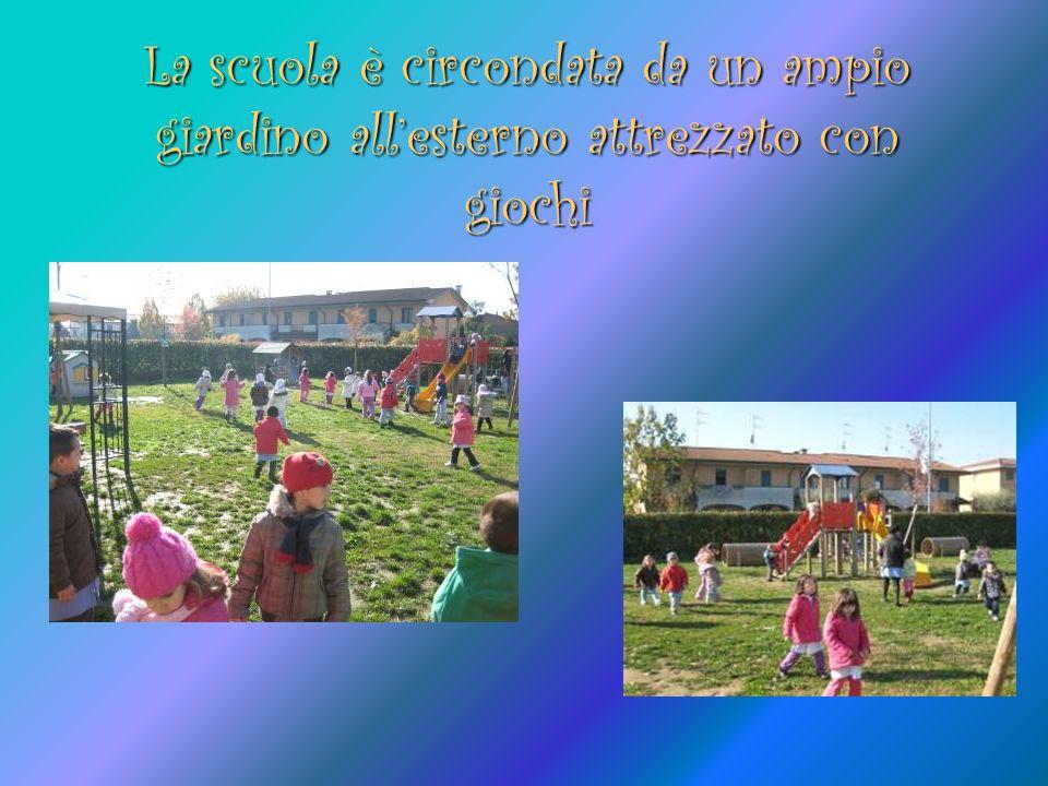 La scuola è circondata da un ampio giardino allesterno attrezzato con giochi